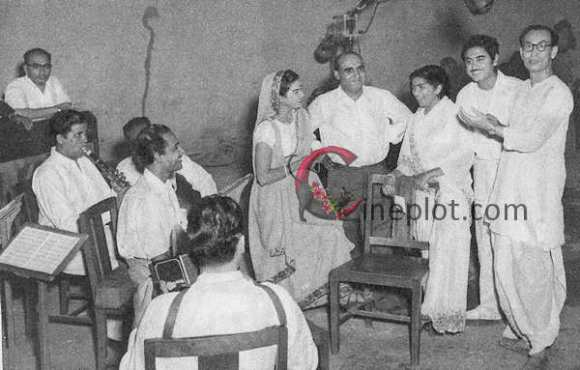"""Producer Kamini Kaushal (center) has first of the eight songs in """"Chalis Baba Ek Chor,"""" her own production recorded. With her, from left, are Director P.L. Santoshi, playbacks Kishore Kumar and Lata Mangeshkar, with music-director S.D. Burman completing the group"""