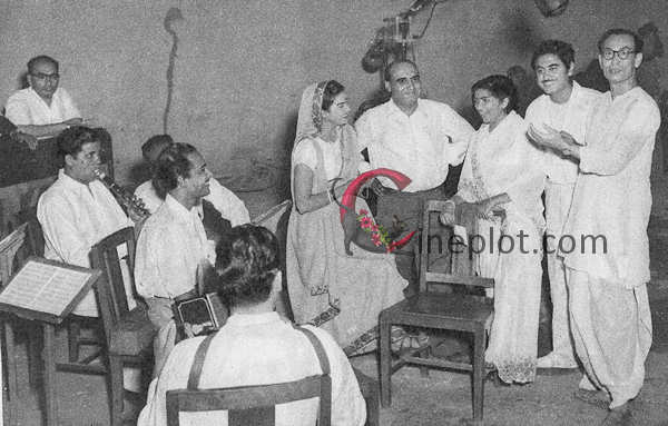 "Producer Kamini Kaushal (center) has first of the eight songs in ""Chalis Baba Ek Chor,"" her own production recorded. With her, from left, are Director P.L. Santoshi, playbacks Kishore Kumar and Lata Mangeshkar, with music-director S.D. Burman completing the group"